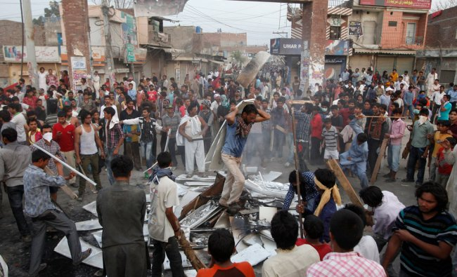 Pakistani Christians protest against Saturday\'s burning of their houses and belongings in Badami Bag
