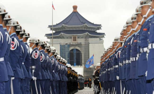Taiwan military honor guards line up in front of the Chiang kai-shek Memorial Hall to welcome...