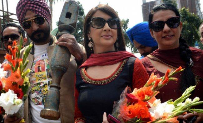 Film actress Preeti Jhangiani (C), Punjabi singer and actor Jassi Jasraj (L)...