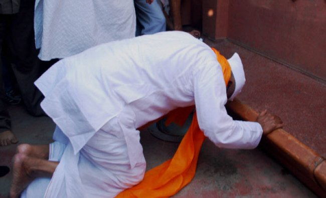 Anti-corruption activist Anna Hazare paying tributes to the martyrs of Jallianwala Bagh massacre...