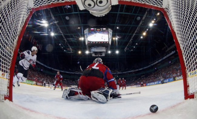 Russia\'s goalie Semyon Varlamov (C) reacts after conceeding a goal to Team USA during their 2013...