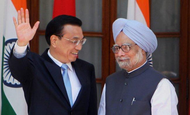New Delhi : Prime Minister Manmohan Singh and Chinese Premier Li Keqiang at a joint press...
