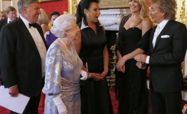 Britain\'s Queen Elizabeth (2nd L) speaks to Penny Lancaster (2nd R) and Rod Stewart (R) ...