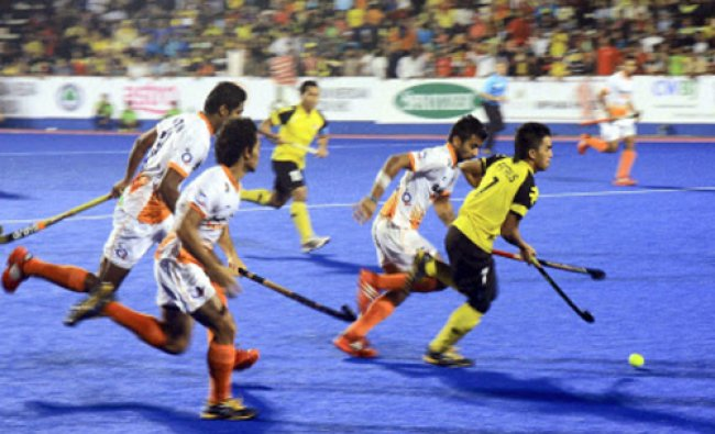 India and Malaysia players fight for the ball during the 9th men\'s Asia Cup field hockey tournament