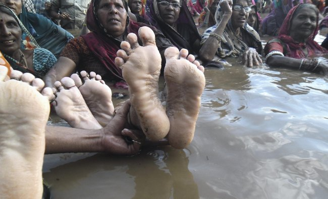 Oustees of Indira Sagar dam showing their feet during their \'Jal Satyagrah\'