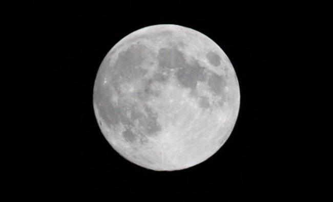 Northern Hemisphere\'s Harvest Moon, the full moon nearest the autumnal equinox, rises in Toronto...