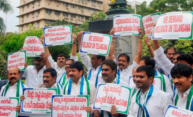 YSR Congress party workers holding a protest demanding rollback on Telangana issue ...