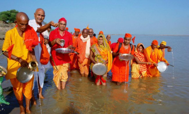 Devotees performing \'Pind Daan\' rituals for the ancestors on the occasion of Pitra Paksha at ...