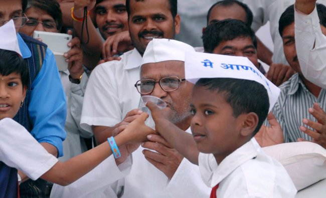 Anna Hazare drinks juice offered by children as he ends his nine-day hunger strike ...