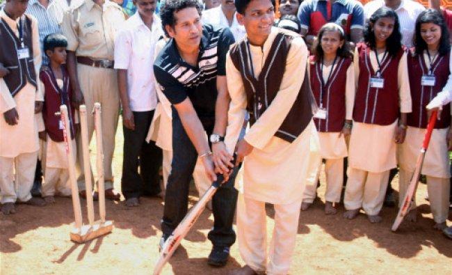 Sachin Tendulkar, Brand Ambassador, UNICEF South Asia Region, demonstrates batting techniques ...