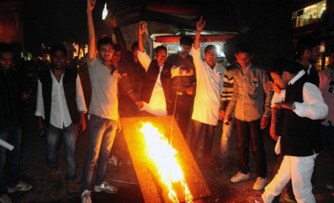 BJP worker burn AAP caps and vandalize AAP\'s road side office during a protest...