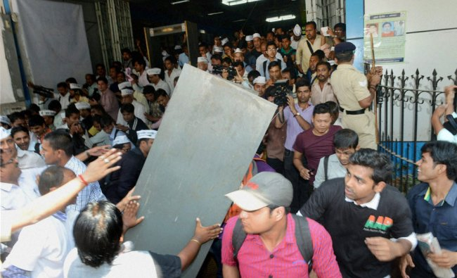A chaos on Aam Aadmi Party (AAP) chief Arvind Kejriwal\'s arrival at Churchgate station in Mumbai ..