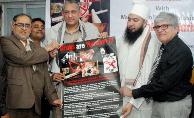 Mumbai Police Commissioner Rakesh Maria displays a banner during an awareness programme against drug