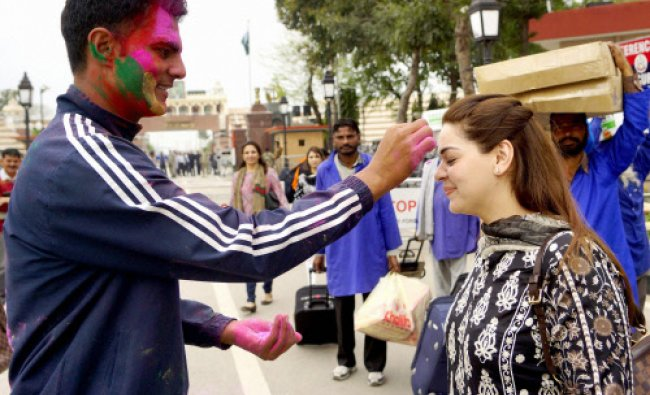 Border Security Force of India personnel play the colors of Holi with the Pakistani\'s visitors ...