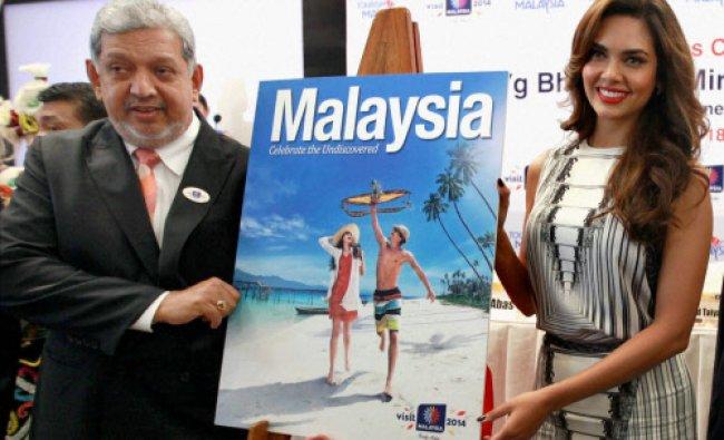 Director General Malaysia Tourism Dato Mirza Mahammad Taiyab with actress Esha Gupta during ...