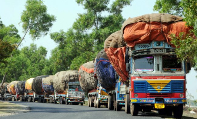 Trucks stranded at NH-23 at Gumla near Ranchi during Naxal bandh...