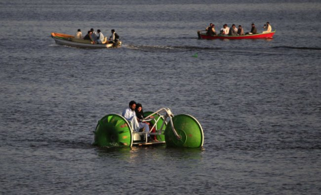 A couple rides a paddle boat down the Rawal Lake in Islamabad April 4, 2014. Reuters photo