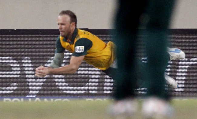 South Africa\'s AB de Villiers takes a catch to dismiss India\'s Yuvraj Singh...