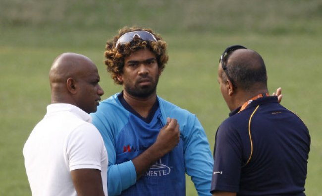 Sri Lanka\'s captain Lasith Malinga, center, talks with Sanath Jayasuriya, left, and a team...