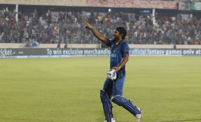 Sri Lankas Kumar Sangakkara acknowledging the crowd