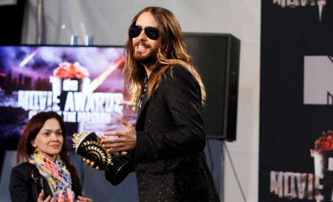 Actor Jared Leto poses backstage with the award for Best Onscreen Transformation for \'Dallas...