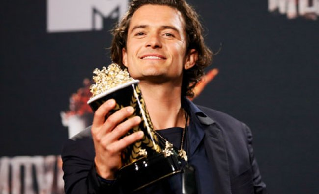 Actor Orlando Bloom poses backstage with his award for Best Fight for \'The Hobbit: The Desolation...