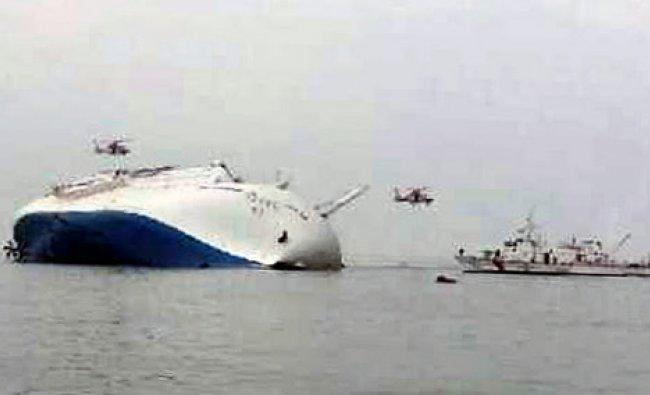 South Korea rescue helicopters fly over to rescue passengers from passenger ship Sewol ...