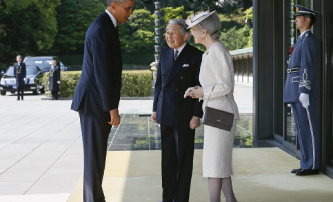 U.S. President Barack Obama, left, is welcomed by Japan\'s Emperor Akihito and Emperss Michiko ...