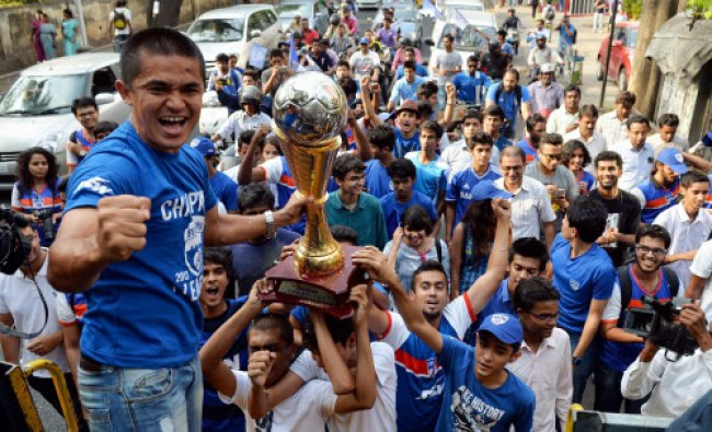 Bangalore FC Captain Sunil Chetri with team mates acknowledges the football lovers...