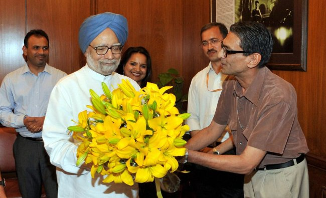 Principal Secretary Pulok Chatterjee presenting a bouquet to Manmohan singh who bids farewell ...