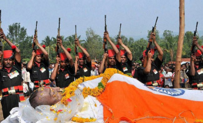 Army soldiers paying tributes to their colleague Uttam Bhikle during his cremation ceremony...