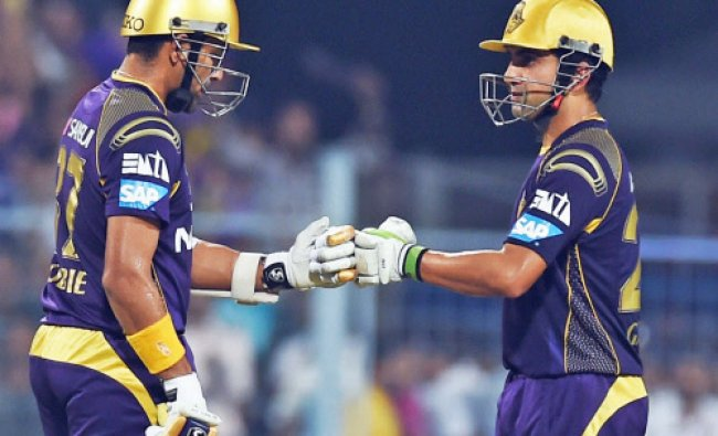 Gautam Gambhir and Rabin Uthappa greets each other to built up their partnership...