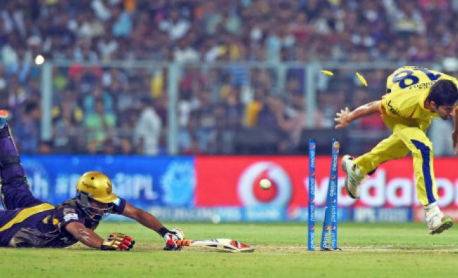 Mohit Sharma tries to run out KKR batsman Shakib Al Hasan during IPL MAtch...