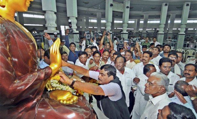 Nitin Gadkari pays tributes at Deeksha Bhoomi in Nagpur ...