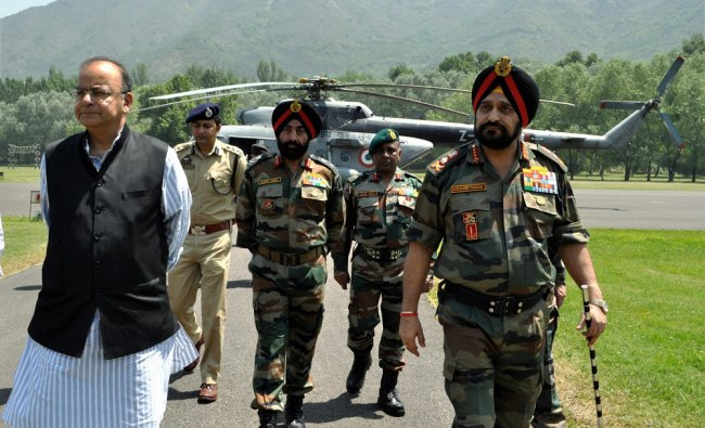 Arun Jaitley accompanied by Army chief General Bikram Singh ,in Srinagar ...