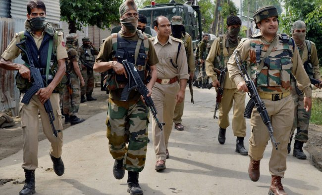 Special operation Group of J&K Police rushes towards the house where militants were hiding...
