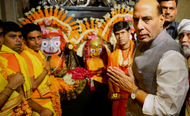 Rajnath Singh at Jagannath temple on the occassion of Lord Jagannath\'s Rath Yatra ...