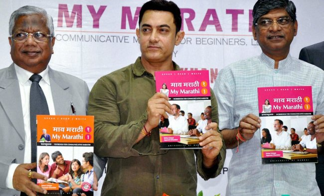 Bollywood actor Aamir Khan launches the book \'My Marathi\' with Rajan Welukar, Vice - Chancellor...