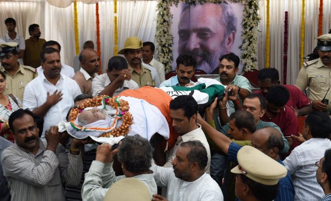 Jnanpith awardee UR Ananthamurthy\'s mortal remains being carried for last rites in Bengaluru ...