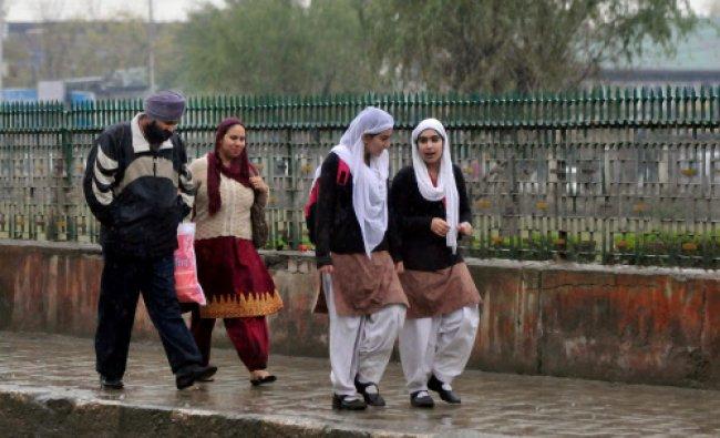 College students walk in drizzle in Srinagar
