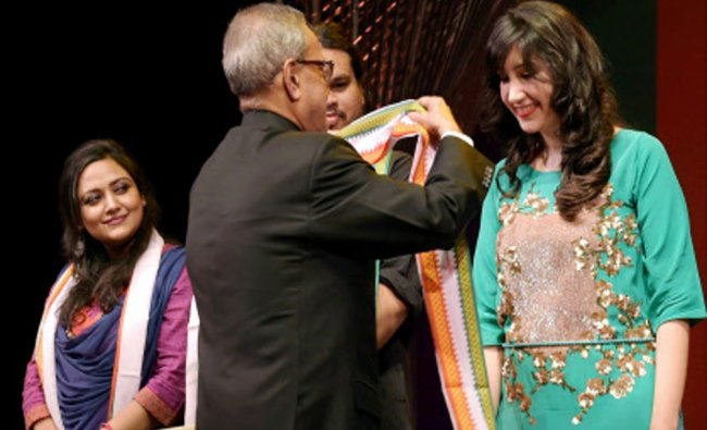 President Pranab Mukherjee felicitates Pakistani singer\'s Zeb Bangash after her performance...