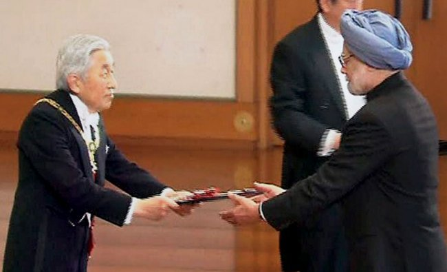 Japanese Emperor Akhito presenting the The Grand Cordon of the Order of the Paulownia Flowers...