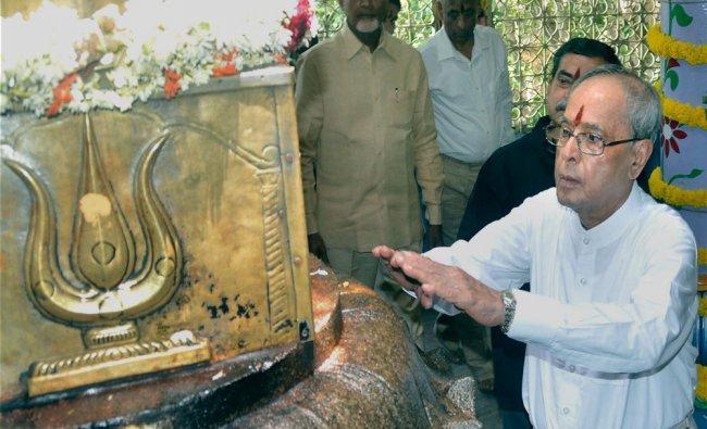 Pranab Mukherjee offers prayers to the sacred Dwajasthambham (flag-mast) of Lord Shiva...