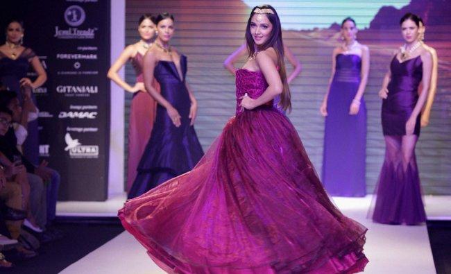 Actress Kiara Advani showcases a creation during India International Jewelery Week 2015...