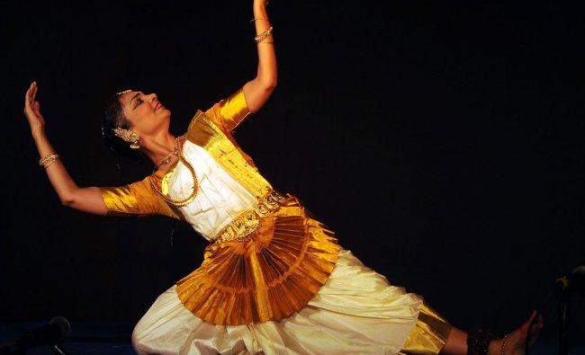 Artist Deepa Chakravarthi perform Mohiniyattam dance...