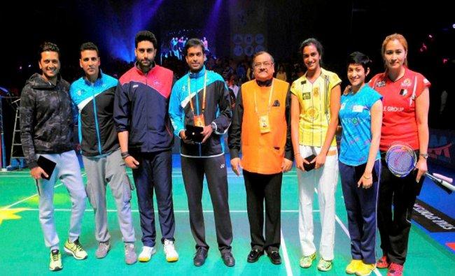 Actors Abhishek Bachchan, Akshay Kumar and Riteish Deshmukh with players...