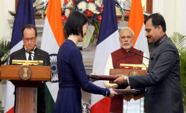 Prime Minister Narendra Modi with the President of France, Francois Hollande at the exchange of ...