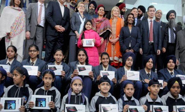Premier of Canada\'s Ontario state Katheleen Wynne pose for a photograph with students who Got free..