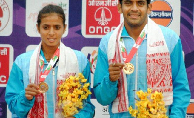 Divij Sharan and Ankita Raina show their medal at the medal presentation ceremony