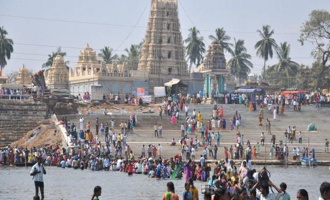 Piligrims crossing the Cauvery, Kapila and Spatika triveni Sangama 10th Maha Kumba Mela...